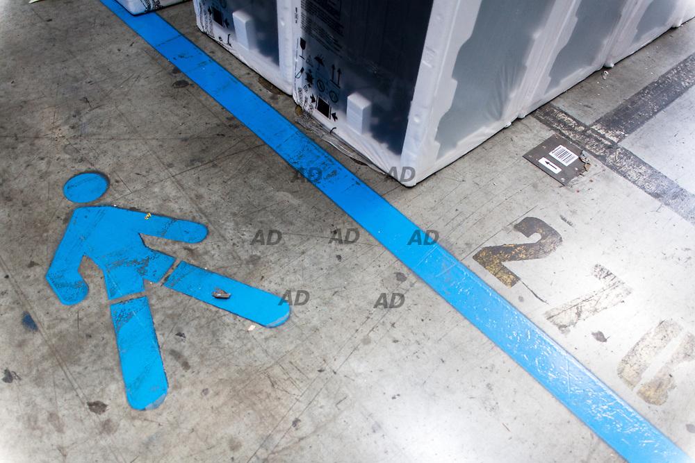 Ikea Deposito Centrale 2. Il polo logistico di Piacenza costituisce per Ikea il magazzino dedicato allo smistamento nei punti vendita del sud Europa, per i paesi che si affacciano sul mediterraneo fino al medio oriente. I depositi sono due: il primo è del 1999 e il secondo, del 2002 più grande (è lungo un chilometro e largo oltre 300 metri). Quest'ultimo, monopiano, ha tre comprati centrali automatizzati con scaffali metallici che, partendo da oltre 6 metri sotto il livello pavimento si ergono per trenta metri. Il deposito suddiviso in due aree funzionali: COT (Customer Operation Terminal) e DC (Distribution Center), cioè rifornisce sia i negozi Ikea che i clienti che acquistano mobilia da montare poi in casa.