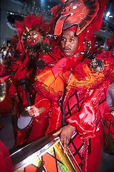 Rio de Janeiro; RJ; Brasil.  1999; .Desfile das Escolas de Samba. Bateristas da Mocidade Independente de Padre Miguel..Mocidade; / Samba School parade. Mocidade Independente de Padre Miguel percussionists.Foto Adri Felden/Argosfoto.www.argosfoto.com.br