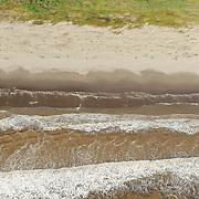 Una cadena de olas se prepara para romper en las costas del Pacífico nayarita. Los manglares actúan como zona de amortiguación cuando vienen los temporales, frenando sus efectos devastadores