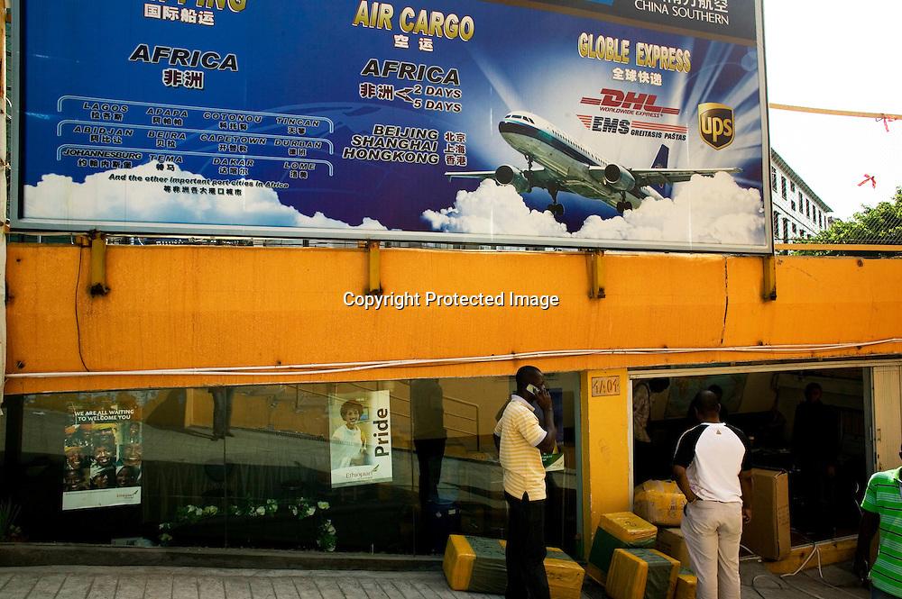GUANGZHOU, 3. Mai , 2010:.  Afrikaner telefonieren vor einem Frachtservice  , der ganz auf Afrika spezialisiert ist. .