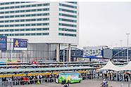 Drukte bij de taxistandplaats op de Luchthaven Schiphol, na een grote stroomstoring in Amsterdam en