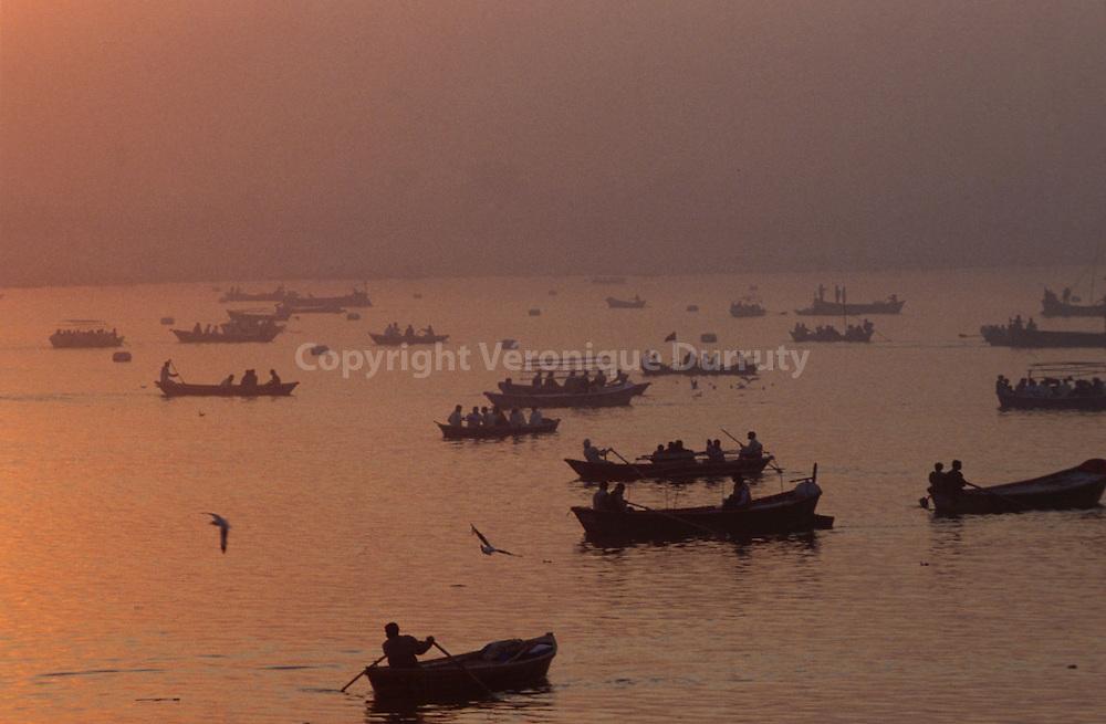 Ships taking pilgrims for their ablutions in the Sangam, holy place where the Ganges, the saraswati river and Yamuna meet...bateaux emmenant des pèlerins effectuers leurs ablutions dans lesangam, l'endroit sacré où le gange, la rivière saraswati et Yamuna se rejoignent