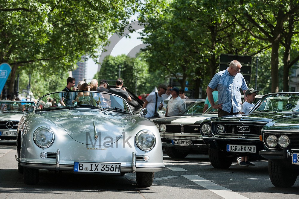 Ein Oldtimer f&auml;hrt w&auml;hrend der Classic Days Berlin am 04.06.2016 in Berlin, Deutschland &uuml;ber die Ausstellungsfl&auml;che. Der Kurf&uuml;rstendamm wird an diesem Wochenende zu einer Ausstellungsfl&auml;che f&uuml;r Liebhaber von alten Autos. Foto: Markus Heine / heineimaging<br /> <br /> ------------------------------<br /> <br /> Ver&ouml;ffentlichung nur mit Fotografennennung, sowie gegen Honorar und Belegexemplar.<br /> <br /> Bankverbindung:<br /> IBAN: DE65660908000004437497<br /> BIC CODE: GENODE61BBB<br /> Badische Beamten Bank Karlsruhe<br /> <br /> USt-IdNr: DE291853306<br /> <br /> Please note:<br /> All rights reserved! Don't publish without copyright!<br /> <br /> Stand: 06.2016<br /> <br /> ------------------------------w&auml;hrend der Classic Days Berlin am 04.06.2016 in Berlin, Deutschland. Der Kurf&uuml;rstendamm wird an diesem Wochenende zu einer Ausstellungsfl&auml;che f&uuml;r Liebhaber von alten Autos.  Foto: Markus Heine / heineimaging<br /> <br /> ------------------------------<br /> <br /> Ver&ouml;ffentlichung nur mit Fotografennennung, sowie gegen Honorar und Belegexemplar.<br /> <br /> Bankverbindung:<br /> IBAN: DE65660908000004437497<br /> BIC CODE: GENODE61BBB<br /> Badische Beamten Bank Karlsruhe<br /> <br /> USt-IdNr: DE291853306<br /> <br /> Please note:<br /> All rights reserved! Don't publish without copyright!<br /> <br /> Stand: 06.2016<br /> <br /> ------------------------------