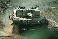 09 OCT 1995, MUNSTER/GERMANY:<br /> Kampfpanzer LEOPARD 2 der Bundeswehr, w&auml;hrend einer Lehrvorf&uuml;hrung der Panzertruppenschule Munster<br /> Tank LEOPARD 2 of the German Federal Armed Forces, during a trainig performance<br /> IMAGE: 19951009-01/05-11<br />  <br />  <br />  <br /> KEYWORDS: Streikr&auml;fte, army, Waffen, wappon, Panzer