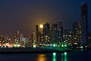 Vista de la luna llena saliendo sobre la bahia de la cinta costera en la Ciudad de Panama. .Foto:  Ramon Lepage / Istmophoto....