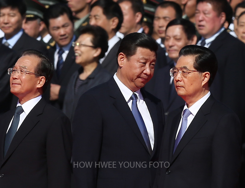 epa03416708 Chinese Vice-President Xi Jinping (C) walks between President Hu Jintao (R) and Premier Wen Jiabao during a flower laying ceremony at the Monument to the People's Heroes to mark National Day on Tiananmen Square in Beijing, China, 01 October 2012.  China's ruling Communist Party on 28 September said it planned to open a five-yearly congress on 08 November to approve its first leadership changes for a decade. The crucial party congress is expected to approve successors to current party leader and state President Hu Jintao, state Premier Wen Jiabao and other senior figures who will retire.  EPA/HOW HWEE YOUNG