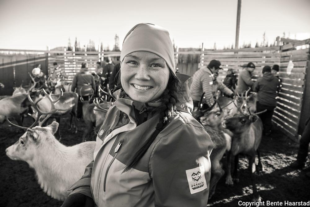 Ellinor Marita Jåma, leder i norske reindriftssamers landsforbund, NRL. Her på jobb i silen i eget reindriftsområde, Tjåehkere Sijte/Østre Namdal, i Nord-Trøndelag. NRL er for øvrig er en nasjonal nærings- og interesseorganisasjon for reindriftssamer stiftet i 1947. NRL/NBR har forhandlingsrett med staten om den årlige reindriftsavtalen.