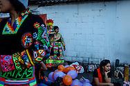 FEIRA DA KANTUTA - O grupo folclórico Tinkus Jairas ensaiando a dança Tinkus, típica boliviana, pouco antes de sua apresentação na feira boliviana da praça Kantuka, no bairro Canindé, em São Paulo. 26/06/2016