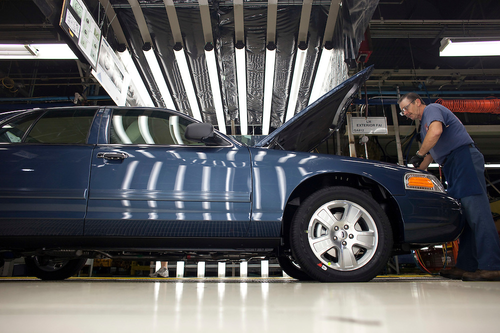 St.Thomas, ONT.: September 8, 2011 --  Workers at Ford's St. Thomas assembly plant build some of the last Crown Victoria's during one of the final shifts at the plant September 8, 2011. The plant is scheduled to scheduled to wrap up production of the vehicle on September 15.<br />  (GEOFF ROBINS for National Post)