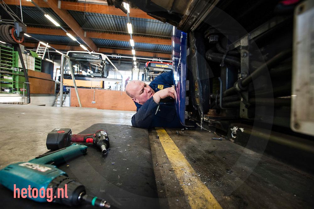 nedrland, Goor 20dec2013 OAD Bij interview Frans Schuitemaker door Job Woudt. een werknemer herstelt schade aan een bus in de remise van OAD te Goor