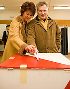 26.11.2006 Warszawa druga tura wyborow samorzadowych nz Aleksander Kwasniewski z zona Jolanta.Fot Piotr Gesicki Aleksander Kwasniewski former President of Poland and his wife Jolanta voteing in elections photo Piotr Gesicki