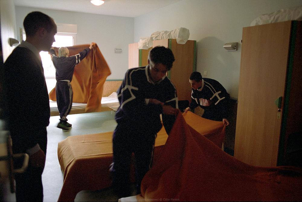Au programme du centre d'insertion de Velet : mise &agrave; niveau en culture g&eacute;n&eacute;rale, formation professionnelle, sports collectifs... Le centre d'Insertion de Velet fonctionne comme un internat cadr&eacute; majoritairement par d'anciens militaires, avec un r&egrave;glement int&eacute;rieur strict et port de l'uniforme obligatoire. Velet, Bourgogne, novembre 2005.<br /> <br /> The schedule at Velet insertion center is : basic knowledge update, professional trainee, sport... The center is organized like a boarding school framed by military coach with very strict rules and the obligation of wearing the uniform. Velet, Bourgogne, November of 2005.