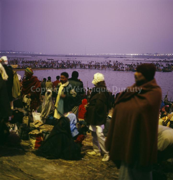 """Pilgrims getting ready to carry out ablutions in the Ganges during """"auspicious"""" hours in the night..pèlerins s'aprêtant à effectuer des ablutions dans le Gange pendant des heures """"auspicieuses"""" dans la nuit"""