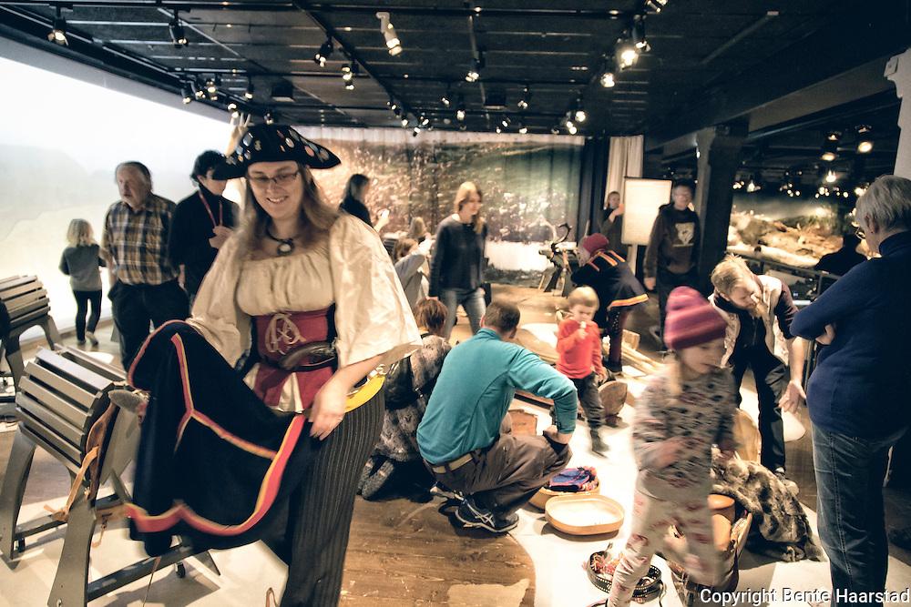 Utstillingen Rajden g&aring;r &ndash; I renens fotsp&aring;r d&aring; och nu, er en utstilling om samisk reindrift, vises ved Jamtli museum i &Oslash;stersund fra 30. oktober 2016 til 12. mars 2017.<br /> En utst&auml;llning om de rensk&ouml;tande samernas v&auml;rld. M&ouml;t en traditionell rajd och blicka samtidigt in i hur rensk&ouml;tseln sk&ouml;ts i modern tid. Rajden g&aring;r &auml;r en interaktiv utst&auml;llning som f&ouml;rmedlar kunskap om de rensk&ouml;tande samernas historia. H&auml;r f&aring;r bes&ouml;karen m&ouml;ta en traditionell rajd - ett t&aring;g av renar - fr&aring;n den tid d&aring; samerna anv&auml;nde sig av renen f&ouml;r att f&ouml;rflytta sig mellan sommar- och vinterboplatserna.Utst&auml;llningen erbjuder en hel v&auml;rld av renar, ackjor, k&aring;tor och f&ouml;rem&aring;l. <br /> Arrang&ouml;r: Jamtli i samarbete med Samesl&ouml;jdsstiftelsen.
