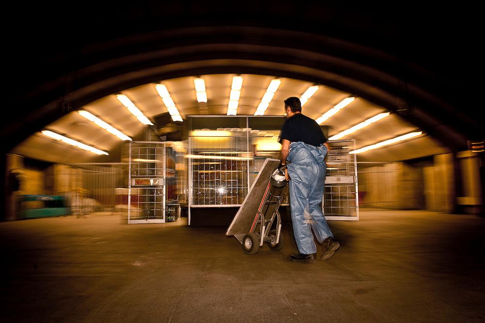 Le maçon Stéphane Millette transporte les dalles à l'entrée de la station Langelier pour les nettoyer et les poncer puis les replacer..© Caroline Hayeur/Agence Stock Photo