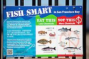 Een bord geeft aan welke vissen die je kunt vangen in de Baai van San Francisco eetbaar zijn en welke zijn vergiftigd door chemicali&euml;n als kwik en PCB&rsquo;s. <br /> <br /> A sign indicates which fish you can catch in the San Francisco Bay are edible and which are poisoned by chemicals like mercury and PCBs.