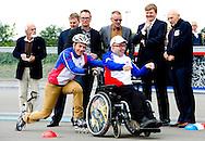 8-5-2014 ALMERE - Koning Willem Alexander bezoekt de De Almeerse Schaatsvereniging, Triade en de VCMA nemen met Super COOL! deel aan het programma Kracht van Sport van het Oranje Fonds. De Koning geeft het startsein voor een eerste 'inrij ronde'. Mensen met een visuele  en/of verstandelijke beperking schaatsen en skaten samen met vrijwilligers/leden van de Almeerse Schaatsvereniging (bestaat dit jaar 30 jaar). Op die manier bouwen zij een vertrouwd en structureel sociaal netwerk op. Door middel van dit project komen de vrijwilligers en deelnemers met een beperking 1-op-1 met elkaar in contact. Daarmee komen mensen uit beide doelgroepen uit hun dagelijkse leefwereld en maken kennis met die van een ander. Het levert voor beide partijen een sociaal emotionele ontwikkeling op. Dit initiatief bestaat al zo'n 5 jaar. Sinds 2013 is daar het inline-skaten bij gekomen. Momenteel zijn er zo'n 15 vrijwilligers en 15 deelnemers actief. De vrijwilligers zijn tot nu toe altijd bestaande leden van de vereniging. COPYRIGHT ROBIN UTRECHT