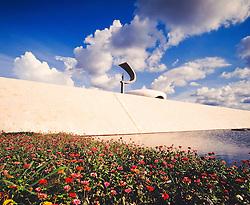 Memorial JK e um museu na cidade de Brasilia projetado por Oscar Niemeyer, inaugurado em 12 de setembro de 1981 e dedicado ao ex-presidente brasileiro Juscelino Kubitschek. No local, encontram-se o corpo de JK, diversos pertences, como sua biblioteca pessoal, e fotos tanto dele como de sua esposa Sarah. Apresenta obras projetadas por Athos Bulcao em sua area externa, um vitral desenhado pela artista Marianne Peretti sobre a camara mortuaria e uma escultura de 4,5 metros de autoria de Honorio Pecanha / Monument built in honor of Juscelino Kubitschek's memory. Juscelino Kubitschek was one of the most popular presidents of Brazil. In his govern, the city of Brasilia, capital of Brazil, was built, based on plan made by the architect Oscar Niemeyer among others.