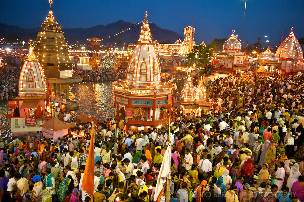 The whole Har-Ki-Pauri area is filled to capacity and set alight by thousands of light bulbs as soon as the sun sets.