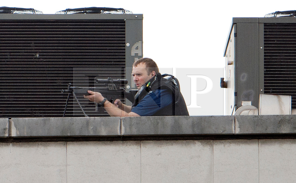 © London News Pictures. 27/04/2012. London, UK. An Armed  Police officer on a rooftop on Tottenham Court Road in Central London following reports of a hostage situation..  Photo credit : Ben Cawthra /LNP