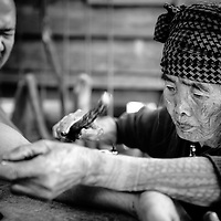 93-years old Fang-od is the last of Kalinga artists making traditional tribal tattoos (batok) using  an orange thorn needle attached to a bamboo stick. She learnt this difficult art from her father, when she was 25-years old girl and then she decided to dedicate her life to the old art of tattooing believed to be almost one thousand years old.  Nowadays not many Kalinga people decide to have their body tattooed, but Fang-od is very famous anyway, because many Filipinos and foreigners visit Buscalan, a small village in the Cordiliera in the Northern Luzon, to have a glimpse at tattoo patterns or to have done one of them. Anthony, my Filipino friend, decided to have a tattoo of a centipede, which is one of the most popular Kalinga patterns.