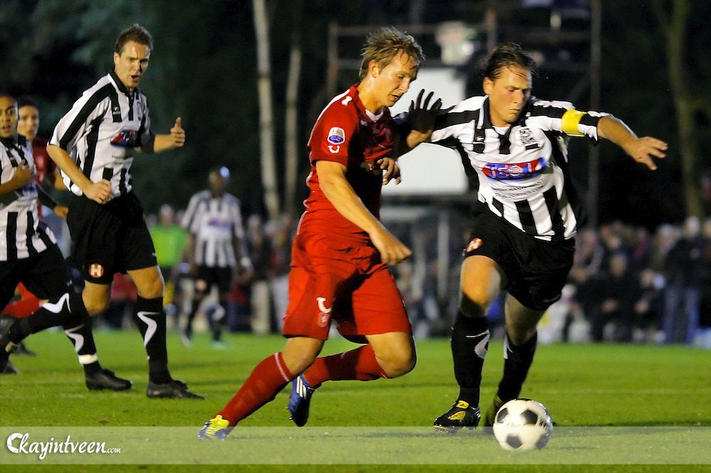 VLAARDINGEN - VV Zwaluwen - FC Twente, voetbal, 2e ronde, KNVB Beker, seizoen 2011-2012, 21-09-2011, FC Twente speler Luuk de Jong (l) in duel met Speler van VV Zwaluwen Michael Scholten
