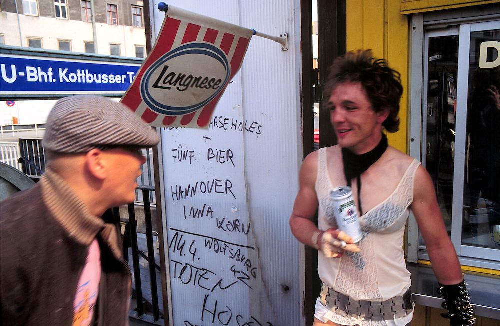Germany - Deutschland - Musik - Music, Youth, PUNK ROCK.Berlin-Kreuzberg 1983  - Hausbesetzerszene.Hier: Kottbusser Tor - Drogentreff .Beer, Fun - Bier - Imbiss am Kotti.copyright: Christian Jungeblodt
