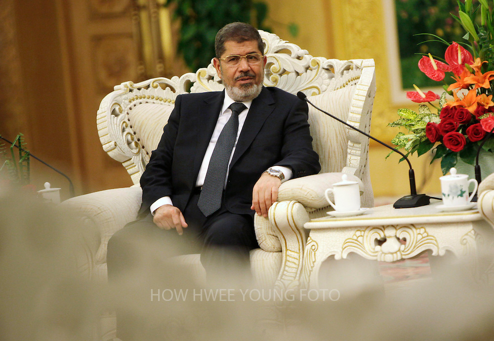 epa03373212 Egypt's President Mohamed Morsi speaks to Chinese Vice-President Xi Jinping (not pictured) during their meeting in the Great Hall of the People in Beijing, China, 29 August 2012. Morsi is in China on a three-day visit after which he will stop off in Tehran for a Summit of the Non-Aligned Movement on 30 August.  EPA/HOW HWEE YOUNG/ POOL