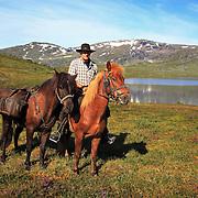 Dyrhaug ridesenter, Ramsjøhytta. Ole Ingebrigt Dyrhaug.  Foto: Bente Haarstad. Flere firma satser på hesteturisme fjellet i Tydal, og i bygda Stugudal er det flere islandshester enn fastboende. There are many possibilities for riding in the mountains in Tydal in Mid-Norway. Dyrhaug Ridesenter. Dyrhaug Ridesenter,