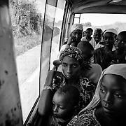 Des rescap&eacute;s centrafricains &agrave; peine arriv&eacute;s &agrave; la ville fronti&egrave;re de Garoua-Boula&iuml; au Cameroun sont transf&eacute;r&eacute;s par la Croix Rouge camerounaise, le 30 octobre 2014, vers le camp de r&eacute;fugi&eacute;s  de Gado &agrave; une vingtaine de kilom&egrave;tres de l&agrave;.<br /> La tension est palpable sur les visages. Apr&egrave;s des mois d'errance dans la brousse pour &eacute;chapper &agrave; leurs assaillants, ces nouveaux exil&eacute;s pensent d&eacute;j&agrave; &agrave; ce qu'ils vont devenir. L'une d'entre eux, la t&ecirc;te coll&eacute;e &agrave; la vitre, dira au moment o&ugrave; le bus entame sa travers&eacute;e du camp : &quot;c'est donc &ccedil;a des r&eacute;fugi&eacute;s ?&quot;