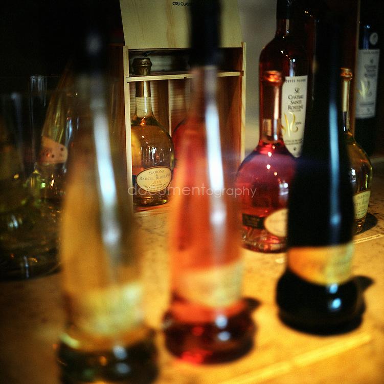 Bernard Teilland, homme d'affaire et amateur d'art, acceuille chaque année une exposition sur ses terres. Cru classé de Provence en 1955, le chateau Sainte Roseline propose plusieurs gammes de vins dont Prieure, élevée en barrique, est la plus reputée, Chateau Sainte Roseline, Les Arcs-sur-Argens, France
