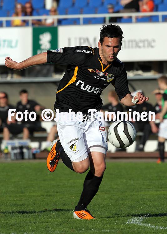 27.5.2012, Tehtaan kentt?, Valkeakoski..Veikkausliiga 2012..FC Haka -FC Honka..Tomi Petrescu - Honka