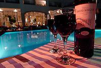 Rødvin ved bassenget