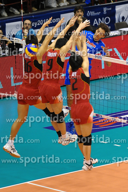 25.09.2010, Maschile di Pallavolo, Milano, ITA, Volleyball WM 2010, .Italy vs Japan, im Bild schiacciata di Alessandro Fei (Italia). EXPA Pictures © 2010, PhotoCredit: EXPA/ InsideFoto/ Antonietta Baldassarre +++++ ATTENTION - FOR AUSTRIA AND SLOVENIA CLIENT ONLY +++++