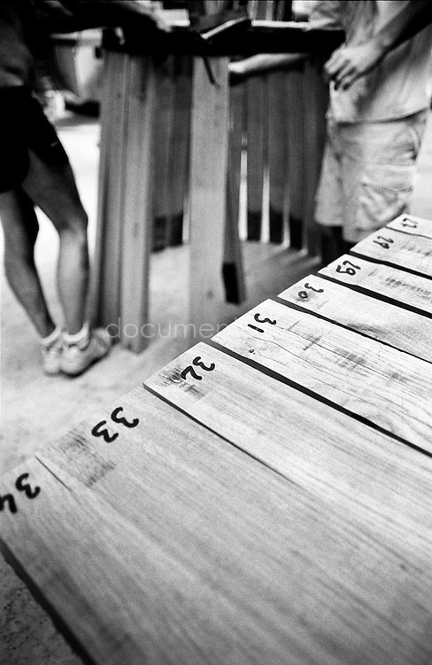 After being carefully selected and shaped, the boards are placed on a table and numbered. This selection is extremely important as it will define the impermeability of the barrel.