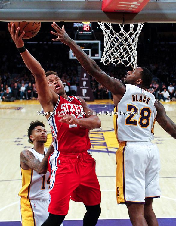 3月12日,费城76人队球员贾斯廷-安德森(左)在比賽中上篮。 当日,在2016-2017赛季NBA常规赛中,洛杉矶湖人队主场以116比118不敌费城76人队。 新华社发 (赵汉荣摄)<br /> Philadelphia 76ers guard Justin Anderson (#23) goes up for a layup against Los Angeles Lakers center Tarik Black (#28) during an NBA basketball game Tuesday, March 12, 2017, in Los Angeles. <br /> (Photo by Ringo Chiu/PHOTOFORMULA.com)<br /> <br /> Usage Notes: This content is intended for editorial use only. For other uses, additional clearances may be required.