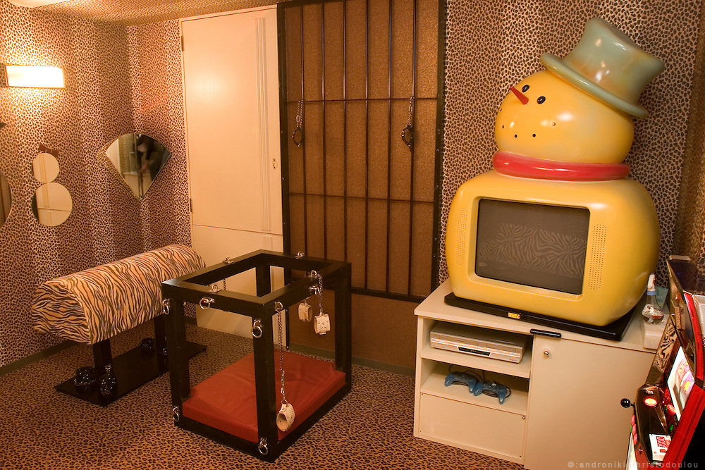 GANG SNOWMAN Love Hotel in Osaka Ikutamateramachi area. Play-room next to the bedroom of one of the rooms.