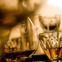 Bandeja con copas de cristal sobre mesa de reuniones. Copec, 80 años. Santiago de Chile. {date} (©Alvaro de la Fuente/Triple.cl)