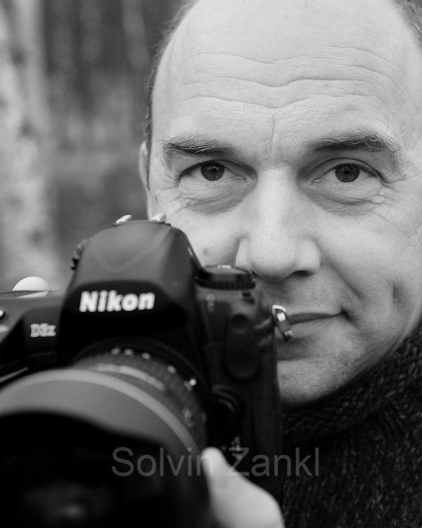 Solvin Zankl, studierter Meeresbiologe, ist seit<br />15 Jahren freier Naturfotograf. Er hat alle Weltmeere<br />bereist und lebt nun in Kiel. Seine Fotoreportagen<br />werden weltweit von führenden Magazinen ver&ouml;ffentlicht,<br />allen voran von &raquo;GEO&laquo;. Die Aufnahmen spiegeln<br />seine wissenschaftliche Sichtweise wider, der<br />er als Fotograf seinen Sinn für &Auml;sthetik zur Seite<br />stellt. Zankls Fotografi en wurden mehrfach pr&auml;miert.<br />Er erhielt etwa den &raquo;Deutschen Preis für Wissenschaftsfotografi<br />e&laquo; und wurde vielfach bei der<br />&raquo;Wildlife Photographer of the Year Competition&laquo;<br />ausgezeichnet.