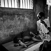 According to latest figures provided by the Haitian Ministry of Health, 1,100 people have already died from the epidemic of cholera./// A woman and her daughter, both affected by cholera, rest at the Sainte Catherine hospital in Cite Soleil, the biggest slum of Port-au-Prince.
