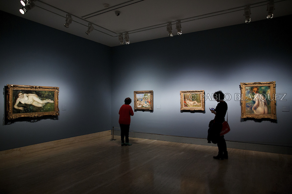 Members of the press look at Pierre Auguste-Renoir's works at the Museum Thyssen-Bornemisza on October 17, 2016 in Madrid, Spain. 'Renoir: Intimacy' features 78 works by French painter Renoir (1841-1919) borrowed from museums and collections from around the world and will be open to the public from October 18, 2016 to January 22, 2017 (© Pablo Blazquez)