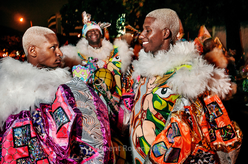 Every sunday of Carnival, the Gang of the Abusados (Abused) goes out of their base in the favela of City of God and invade all suburb and districts of Rio de Janeiro, showing their magnificent fantasy and compete with the other groups they meet..