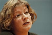 09 JAN 2001, BERLIN/GERMANY:<br /> Andrea Fischer, Bundesgesundheitsministerin a.D., gibt ihren Ruecktritt vom Amt der Bundesministerin vor der Bundespressekonferenz bekannt<br /> IMAGE: 20010109-01/01-24<br /> KEYWORDS: press conference, R&uuml;cktritt