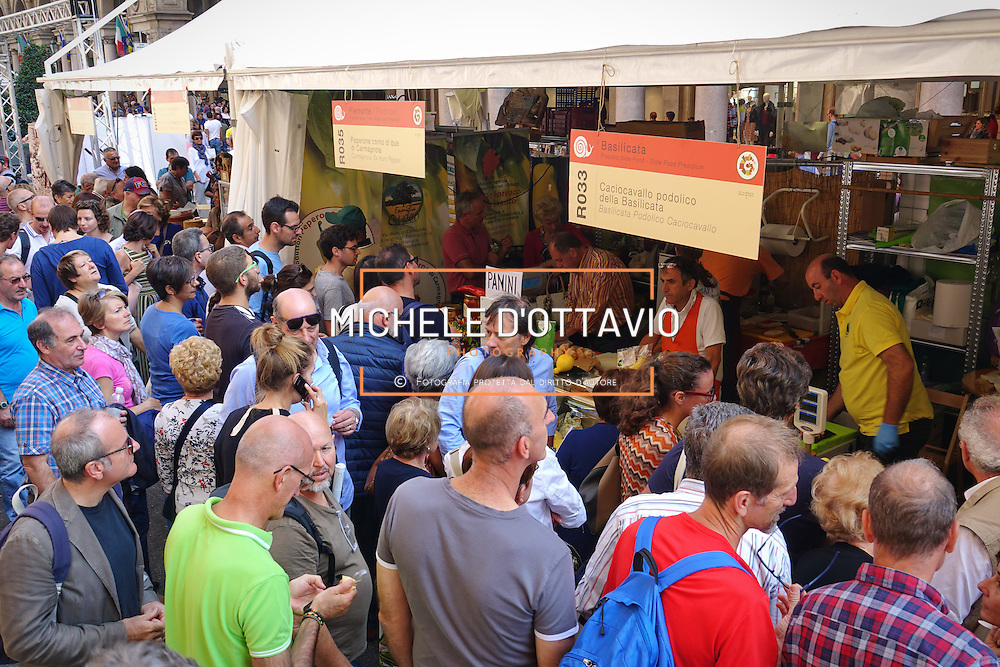 Terra Madre Salone del Gusto 2016, grande folla tra gli stand nella centralissima Via Roma