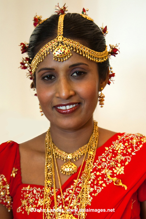 Tending toward the traditional, Sri Lankans dress in their particular style of sari when dressing up.  When it comes to more modern dress, jeans and T shirts are the norm.