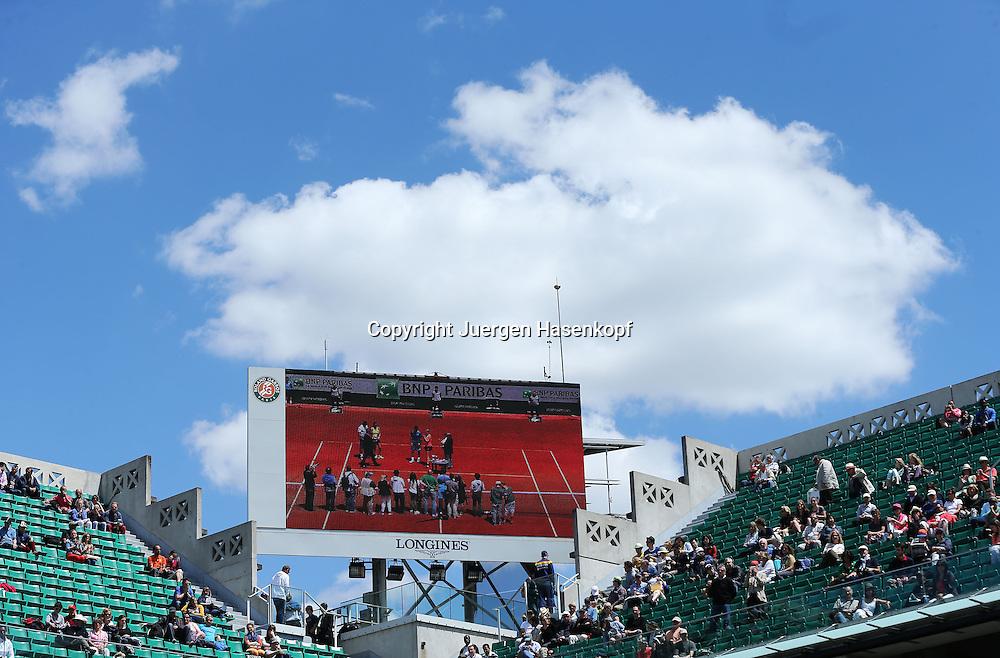 French Open 2014, Roland Garros,Paris,ITF Grand Slam Tennis Tournament, Feature,Mixed Doubles Siegerehrung auf dem Stadiomonitor mit weisser Wolke im Hintergrund,Querformat,