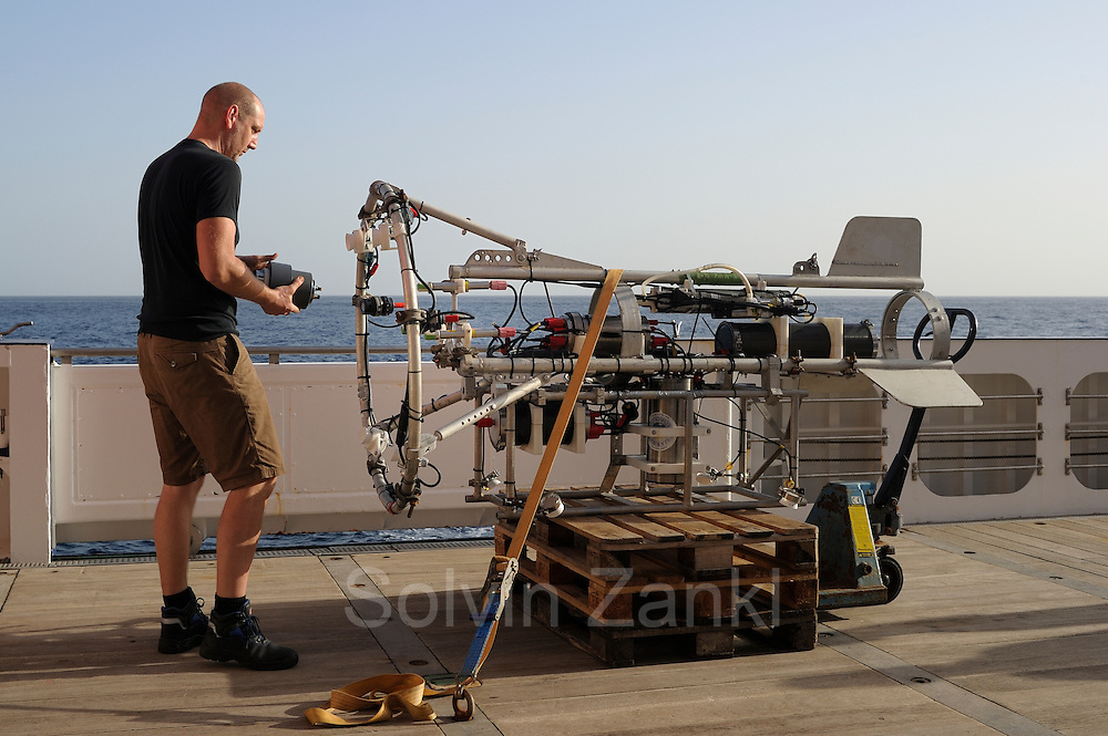 Henk-Jan Hoving is preparing the videosystem PELAGIOS. The PELAGIOS is a towed ocean observation instrument that consists of an aluminium frame with a forward looking HD video camera and LED lights. Underwater surveys with optical techniques like PELAGIOS, ROVs and plankton recorders have revealed fauna that are not sampled by nets, and show a diverse fauna of gelatinous organisms in the mesoand bathypelagic zones. During MSM49 PELAGIOS was used to investigate the impact of different oceanographic features on the vertical distribution, abundance and diversity of macrozooplankton and (micro)nekton. Atlantic Ocean, close to Cape Verde | Atlantischer Ozean, nahe Kap Verde