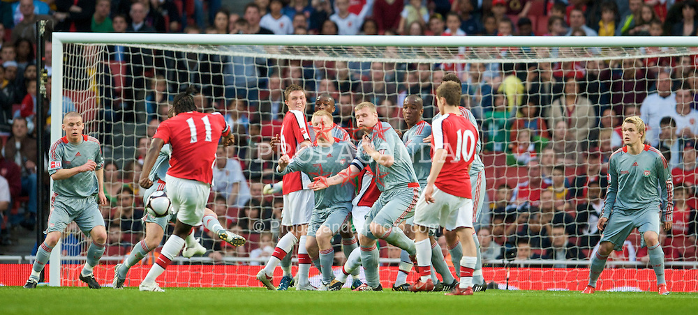 LONDON, ENGLAND - Friday, May 22, 2009: Liverpool players defend a free-kick from Arsenal's captain Jay Emmanuel-Thomas in action during the FA Youth Cup Final 1st Leg match at the Emirates Stadium. L-R: Karl Clair, Steve Irwin, Kyle Bartley, Luke Ayling, Lauri Dalla Valle, captain Joe Kennedy, Andre Wisdom. (Photo by David Rawcliffe/Propaganda)