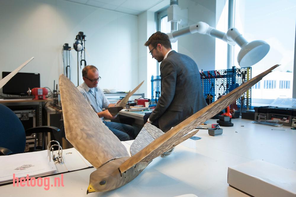 The Netherlands, Nederland Enschede 25june2015 het bedrijf Clear Flight Solutions (CFS) heeft, samen met andere startups, onderdak gevonden bij Demcon in Enschede. directeur Nico Nijenhuis (jasje) in overleg met een technicus. Demcon had ruimte over en heeft enkele startups onderdak geboden, waardoor kruisbestuiving kan ontstaan in de technieksector. CFS ontwikkelt o.a. een robotvogel. de andere startups zijn 'Q-Micro' (vloeistofdynamica), '52 degrees North' een app ontwikkelaar en 'Bubclean' (ultra sonisch reinigen'