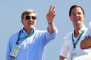 RIO DE JANEIRO - Koning Willem-Alexander en premier Mark Rutte op de tribune naar het roeien in het Lagoa Rodrigo de Freitas tijdens de Olympische Spelen van Rio.copyright anp robin utrecht